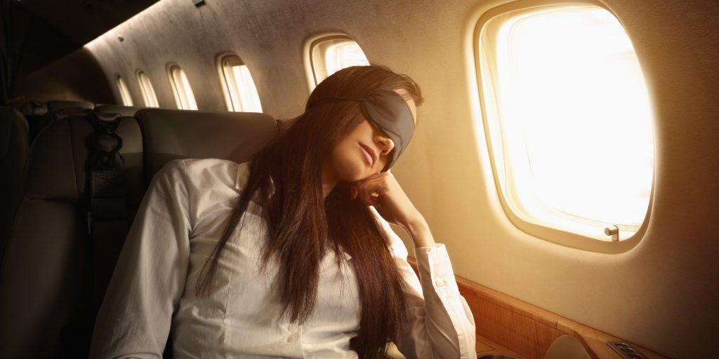Uçakta uyumanın püf noktaları